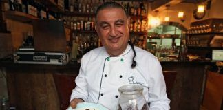 Moshe, el chef de The Eucalyptus, en Jerusalén, explica cómo cocina las langostas del desierto