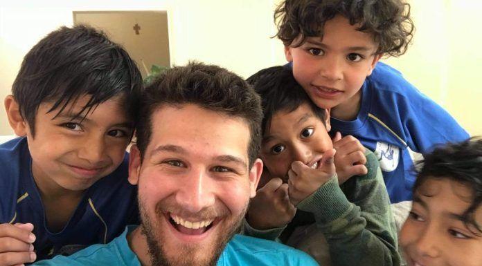 Alec Hufford con los niños inmigrantes cristianos de Jerusalén