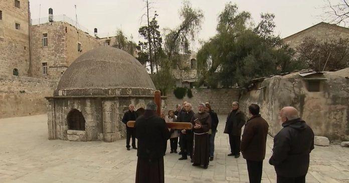 Unos franciscanos con unos peregrinos en Jerusalén