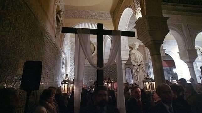 Un Via Crucis pasa por la Casa Pilatos de Sevilla