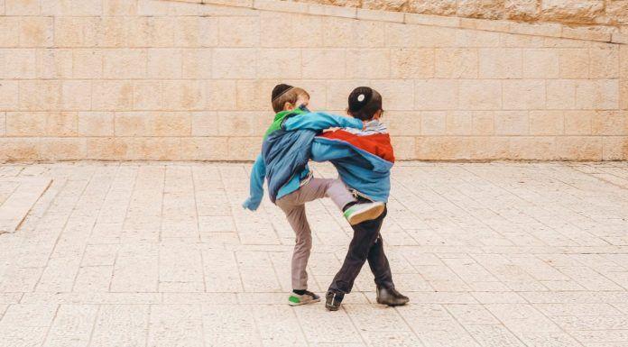 Dos niños en Jerusalén - foto de Cristina Gottardi en Unsplasl