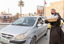 El párroco de Jericó reparte dátiles y bebida a la hora de acabar el ayuno de Ramadán