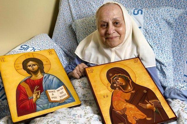 Sor Marie-Paul con algunos de sus iconos.