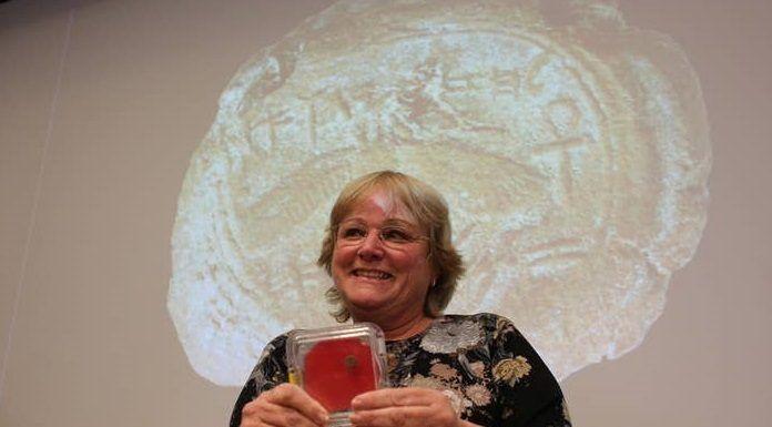 Eilat Mazar con el sello del rey Ezequías, un antepasado de Jesús