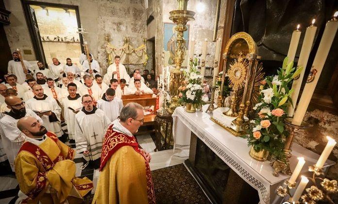 El Patriarca Latino de Jerusalén, el arzobispo Pizzaballa, en adoración eucarística